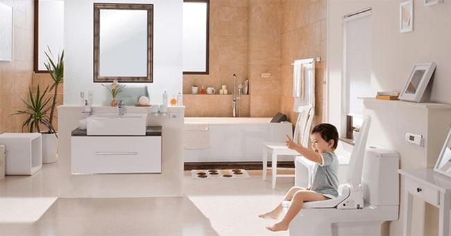 Trẻ có thể đi vệ sinh một mình mà không cần sự giúp đỡ của người lớn